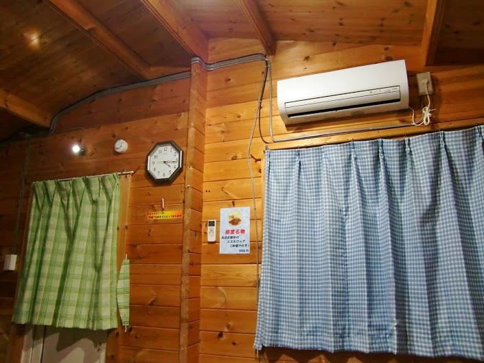 ログコテージの室内。10月とはいえ少々寒い