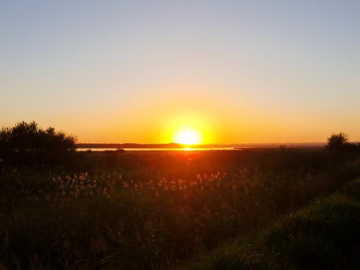 濤沸湖に沈む夕陽