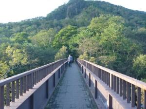 橋を渡って露天へ