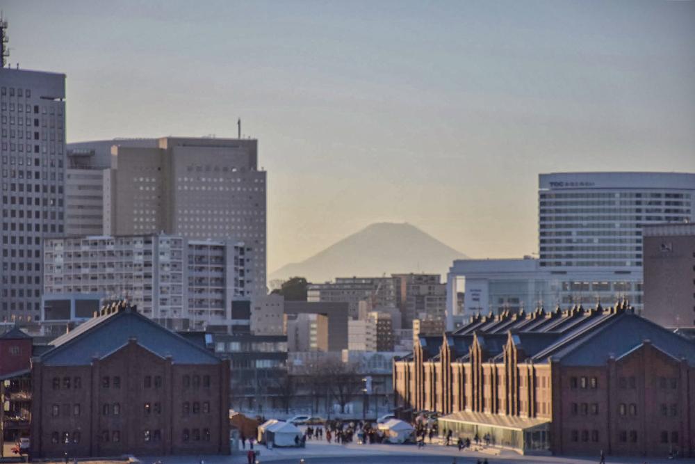 ビルの隙間から富士山がお目見え