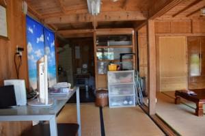 正面から見て左側。奥にはキッチンとバスルーム
