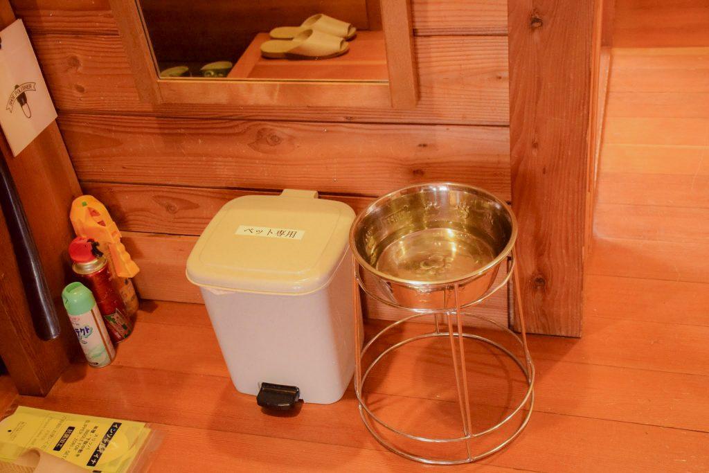 ワンコ用のゴミ箱と餌皿