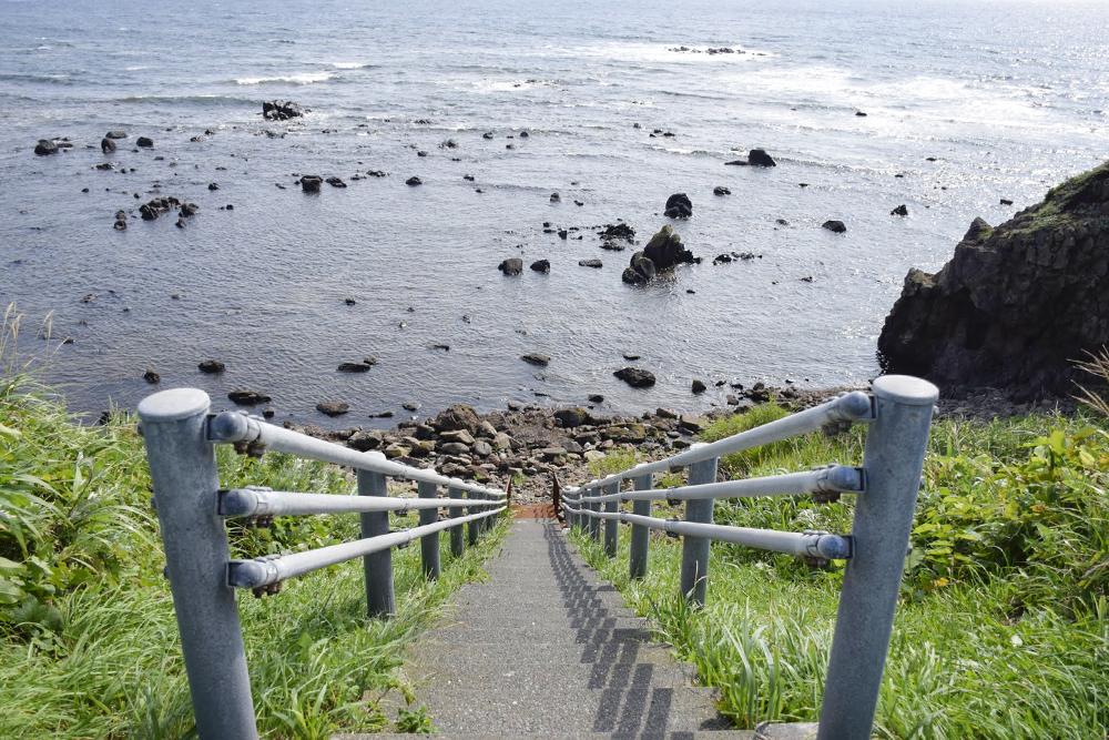 ⑤サイト横の海への階段