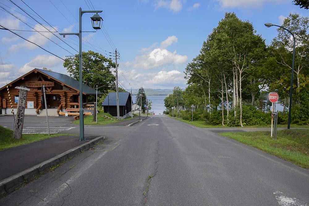 湖畔への道