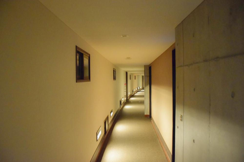 サウスウイングの長い廊下