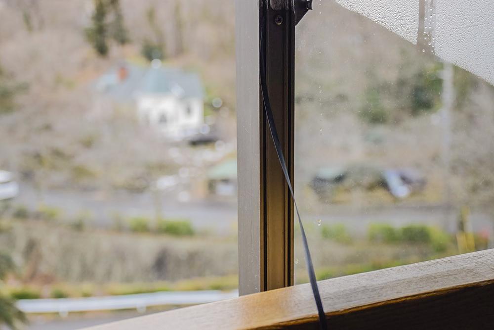 窓のゴム部分……